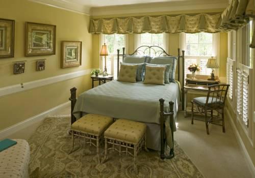 интерьер маленькой спальни с диваном